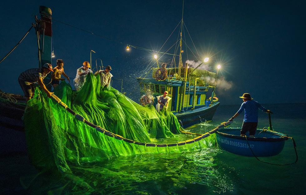 Các ngư dân chong đèn đánh bắt vào ban đêm - Ảnh: TRẦN BẢO HÒA
