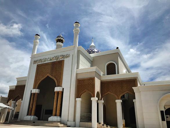 Nhà thờ bên cạnh sân bay Brunei - Ảnh: NGÔ HOÀNG ANH