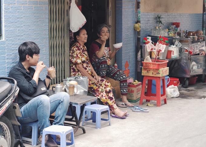 Trong khoảng nửa thế kỷ qua, uống cà phê sáng đã trở thành một nét văn hóa của người Sài Gòn. Trong đa dạng kiểu cách cà phê ở vùng đất này, thức uống của người Hoa mang nét đặc trưng khác lạ khi được kho trong ấm đất.  Chính người Hoa Chợ Lớn đã mang cách pha chế độc đáo đó sang buôn bán ở Sài Gòn. Sau này, nhiều người Việt học hỏi làm theo.