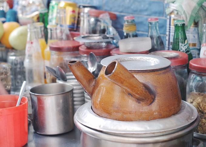 Ấm đất đựng cà phê phải được giữ nóng liên tục để cân bằng hương vị.