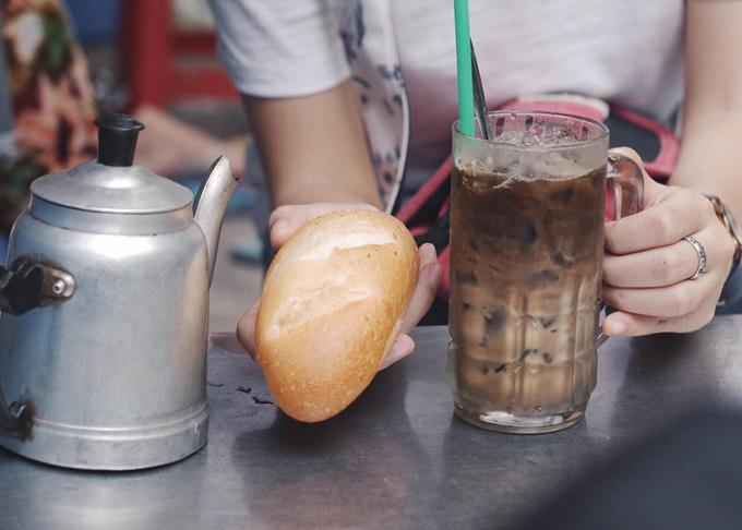 Đã đến quán nước bình dân của người Hoa, bạn nên thử bánh mì, giò cháo quẩy chấm cà phê. Đây là món nổi tiếng một thời ở Sài Gòn, xuất phát từ cách ăn sáng tiết kiệm của người lao động Hoa kiều xưa. Xé từng miếng bánh, miếng quẩy còn ấm chấm nhẹ vào ly cà phê sữa nóng, vừa ăn vừa uống đủ vị ngọt bùi pha chút đắng giúp tỉnh táo đầu ngày.
