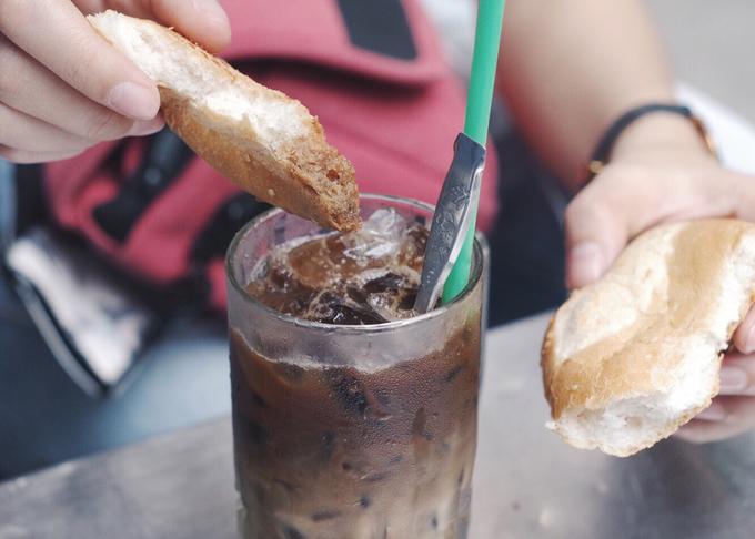"""Với anh Huy Hoàng (ngụ ở quận 4), ly cà phê vào bữa sáng dường như là thứ không thể thiếu. """"Vì thời tiết Sài Gòn đang khá nóng nên tôi dùng cà phê sữa đá thay cho cà phê nóng để chấm bánh mì ăn sáng"""", anh Hoàng nói. Anh phát hiện ra quán của ông Cường sau khi cùng bạn thăm thú chợ Thiếc."""