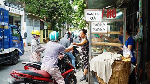 """Bánh mì Bảy Hổ  Xe bánh mì bình dân thương hiệu ba đời của gia đình cụ Bảy Hổ đã tồn tại gần 80 năm trong con đường nhỏ Huỳnh Khương Ninh (quận 1). Địa chỉ này chỉ bán """"bánh mì Sài Gòn"""" đặc trưng: ổ bánh mì đặc ruột giòn rụm có nhân thịt, chả, pate, đồ chua, rau thơm, ớt tươi. Các nguyên liệu chủ yếu đều do chủ hàng chế biến với công thức riêng của gia đình, vẫn thu hút thực khách bởi hương vị truyền thống gần một thế kỷ.  Bánh mì Bảy Hổ bán từ sáng sớm đến gần trưa và tiếp tục mở cửa buổi chiều từ 13h đến 17h. Giá mỗi ổ đầy đủ khoảng 12.000 - 15.000 đồng."""