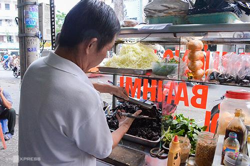 Bánh mì khô bò Đa Kao  Xuất hiện năm 1999 trên đường Nguyễn Huy Tự (quận 1) ngay sau lưng chợ Đa Kao, đây là một trong những xe bánh mì kẹp khô bò đầu tiên ở Sài Gòn. Hàng thu hút thực khách bởi khô bò do chính chủ chế biến theo công thức gia đình. Mỗi chiếc bánh gồm khô bò xắt miếng kẹp cùng rau răm, húng quế, chút đậu phộng và không thể thiếu nước khô, tương ớt.  Khác với những hàng bánh mì ăn sáng, xe bánh mì khô bò chỉ mở cửa từ 15h đến khoảng 22h và không bán ngày chủ nhật. Mỗi một ổ bánh mì khô bò có giá 12.000 đồng.