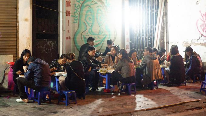 Từ khoảng 18h, chủ hàng chưa kịp dọn xong đã có người đến xếp hàng chờ thưởng thức món ăn. Quán bắt đầu đông đúc từ khoảng 19h. Khách ngồi ăn trên bàn ghế nhựa, được xếp gọn trên vỉa hè.