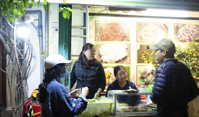 """Bánh khúc cô Lan Tiệm ăn nằm trên đường Nguyễn Công Trứ, quận Hai Bà Trưng. Trước đây, người Hà Nội thường quen với tiếng rao """"Ai bánh khúc nóng đây"""" vào buổi đêm khuya. Nhưng hiện tại, món ăn dân dã này còn được nhiều người ưa chuộng cho bữa sáng. Quán mở cửa cả ngày nên bạn có thể dễ dàng tìm đến đây vào bất cứ thời điểm nào."""