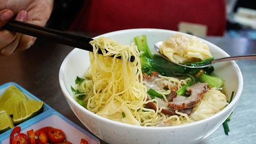 Mì Chấn Phong  Tiệm mì này nằm trên đường Tôn Đản, quận 4, chủ là người gốc Triều Châu. Nguyên liệu chính để làm mì của quán là trứng vịt, nước tro tàu và bột mì, hoàn toàn không dùng nước khác. Tất cả được kéo căng, ép đùn, cán phẳng và cắt nhỏ. Thành phần ăn kèm mì rất đa dạng, như hoành thánh, sủi cảo, thịt xá xíu, sụn heo, bò viên, bao tử, tim, gan, tôm, mực, xí quách, cá viên... Trong tô mì còn có chút lá hẹ, hành phi vàng ươm, tóp mỡ chiên giòn rụm. Điểm cộng của địa chỉ này là những vá nước lèo trong veo, thơm mùi xương ống hầm. Suất ăn ở quán có giá dao động từ 45.000 đồng. Quán mở cửa từ 16h đến khuya.