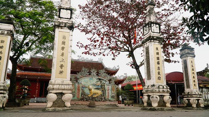 Đền Ông Hoàng Mười nằm ở địa phận làng Xuân Am, xã Hưng Thịnh, huyện Hưng Nguyên, tỉnh Nghệ An. Theo ghi chép, đền được xây dựng vào năm 1634, từ thời hậu Lê. Trải qua lịch sử, đền bị phá huỷ. Năm 1995 đền được xây dựng lại, giờ trở thành trung tâm văn hóa tín ngưỡng, tâm linh nổi tiếng của tỉnh Nghệ An.