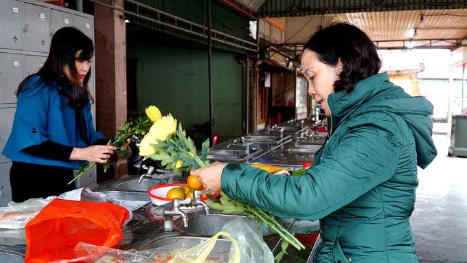 Phía sau đền là gian nhà để du khách tự tay bày mâm hoa quả để dâng cúng.