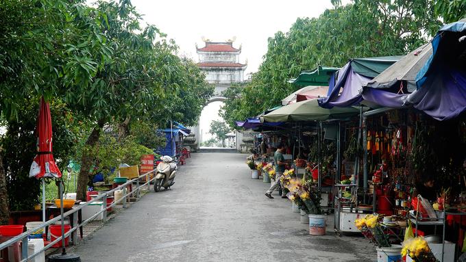 Từ lối đi bên ngoài dẫn vào chùa, du khách sẽ bắt gặp hàng chục sạp hàng bán các đồ để dâng lễ. Nhiều người viết chữ thuê ngồi dọc bên đường để phục vụ khách thập phương.