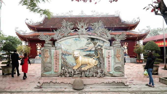 Dù trải qua lịch sử, bị hư hỏng, đền được phục dựng theo quy mô truyền thống, gồm tam quan, tắc môn, đài trung thiên, lầu cô, lầu cậu. Tại đền giữ 21 đạo sắc phong, bản thần tích chữ Hán và hệ thống tượng pháp có giá trị lịch sử và thẩm mỹ cao.