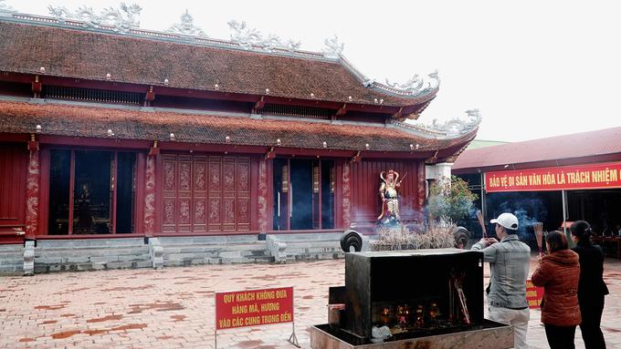 Khu đền chính gồm ba tòa điện, là Thượng điện, Trung điện và Hạ điện. Công trình này mang kiến trúc đền chùa thời nhà Nguyễn. Hiện tại, đền tọa lạc trong khuôn viên rộng khoảng một ha.