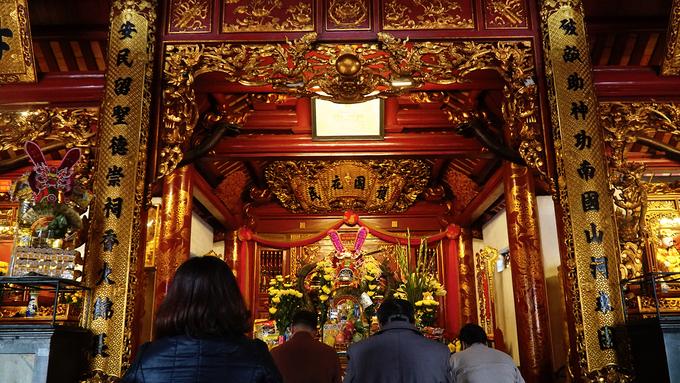 Theo một truyền thuyết khác, ông giáng xuống trần và trở thành Uy Minh Vương Ly Nhật Quang, con trai Vua Lý Thái Tổ, cai quản châu Nghệ An.  Nhưng sự tích được lưu truyền nhiều nhất có lẽ là câu chuyện ông Mười giáng sinh thành Nguyễn Xí, một tướng giỏi dưới thời Vua Lê Thái Tổ, có công giúp vua dẹp giặc Minh, sau được giao trấn giữ đất Nghệ An, Hà Tĩnh (cũng chính là nơi quê nhà). Những giai thoại kỳ bí này đã phủ lên ngôi đền một bức màn tâm linh huyền ảo và linh thiêng.