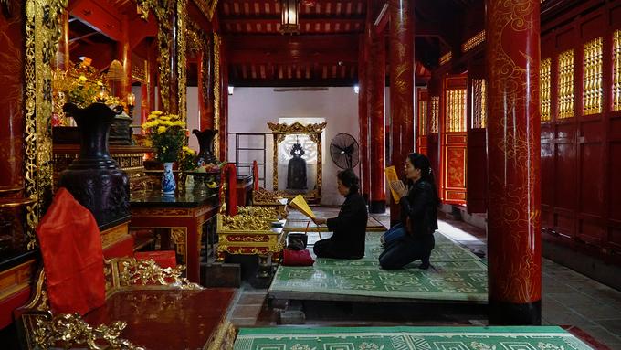 Ngoài thờ ông Hoàng Mười, đền còn thờ các vị phúc thần: Lê Khôi, Quận công Trịnh Trung, Song Đồng Ngọc Nữ và hệ thống đạo Mẫu tứ phủ, mà người đứng đầu là Thánh Mẫu Liễu Hạnh.