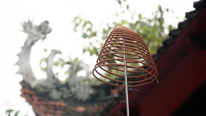 Đức Thánh Hoàng Mười là nhân vật quan trọng trong hệ thống thần điện tín ngưỡng thờ Mẫu Tam Phủ, Tứ Phủ của người Việt. Hàng năm, khu di tích đền Ông Hoàng Mười thường đón hàng trăm nghìn du khách vào mùa lễ hội. Không chỉ đến để cầu nguyện mà du khách còn có dịp khám phá nét tín ngưỡng thờ Mẫu của người Việt đã được UNESCO công nhận là di sản văn hóa phi vật thể.