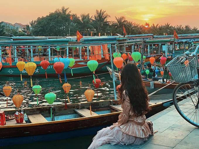 Những chiếc thuyền to nhỏ treo đèn lồng, đậu sát nhau tạo nên background đẹp khỏi chê. Bạn nên đến đây từ khoảng 18h, chờ đến khi mặt trời lặn, ráng chiều vàng rực sau rặng dừa, bạn có thể chụp đủ kiểu ảnh vừa cổ điển, vừa lãng mạn - Ảnh: Thanh Hoa