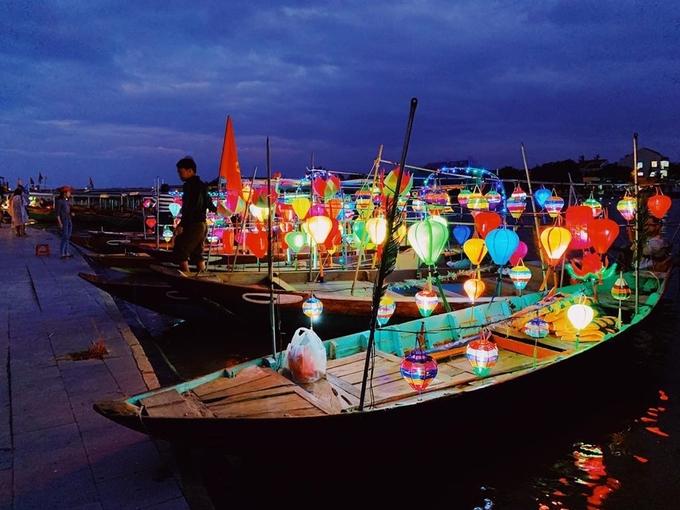 Ban đêm thuyền đồng loạt lên đèn huyền ảo, bắt đầu đón du khách đi thả hoa đăng. Giá cho một lần đi thuyền dao động 30.000 - 50.000 đồng/người tùy nhóm ít hay nhiều. Có thể trả giá - Ảnh: embechuchu
