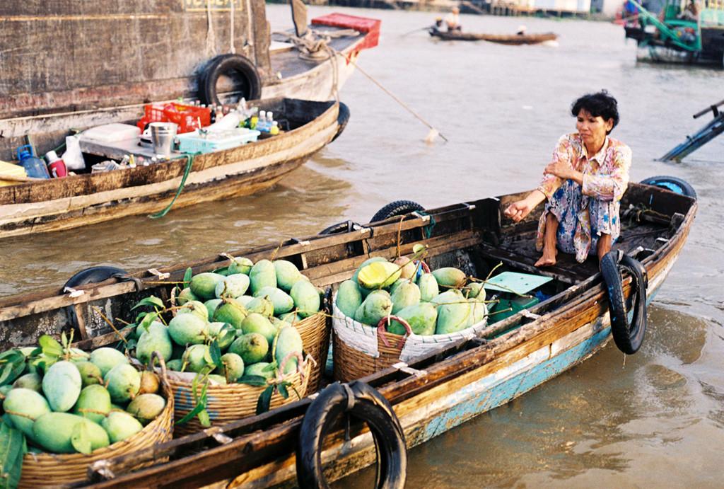 Chợ Cái Răng là điểm đầu mối phân phối trái cây, nông sản ở miền Tây. Tại đây, du khách được hòa mình vào nhịp sống của người dân miền sông nước, ngắm nhìn những cuộc buôn bán, trao đổi tấp nập diễn ra trên dòng sông Hậu hiền hòa. Các loại trái cây sai trĩu, nông sản đặc trưng vùng đồng bằng sông Cửu Long đều xuất hiện trong khu chợ nổi này. Ảnh: Khanh Hmoong.