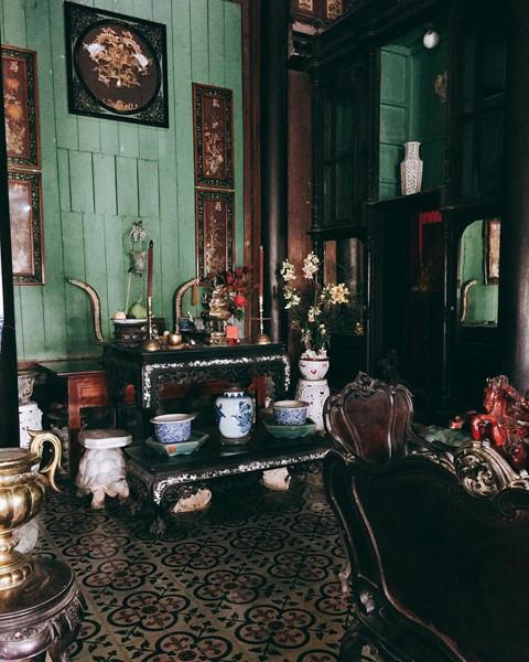 Ngôi nhà cổ này từng là địa điểm quay nhiều bộ phim nổi tiếng như Những nẻo đường phù sa, Người đẹp Tây Đô, Nợ đời, Người tình... Nội thất ngôi nhà đều là những cổ vật giá trị, tất cả được bảo tồn nguyên vẹn. Ảnh: Xuxuu1603.
