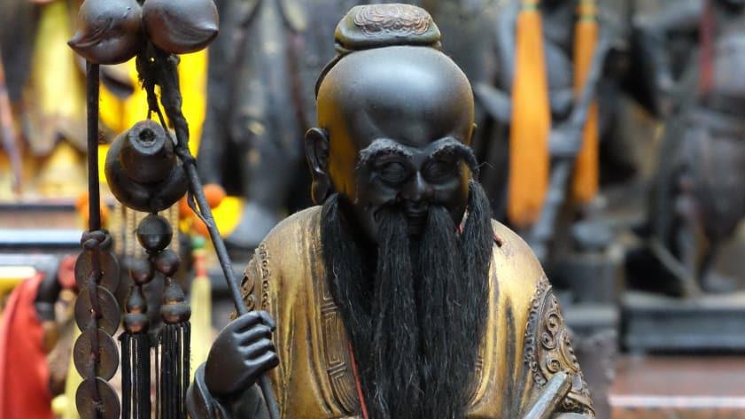 Bức tượng Nguyệt lão nhỏ bé, nổi tiếng linh thiêng tại đền Hà Hải. Ảnh: CNN.