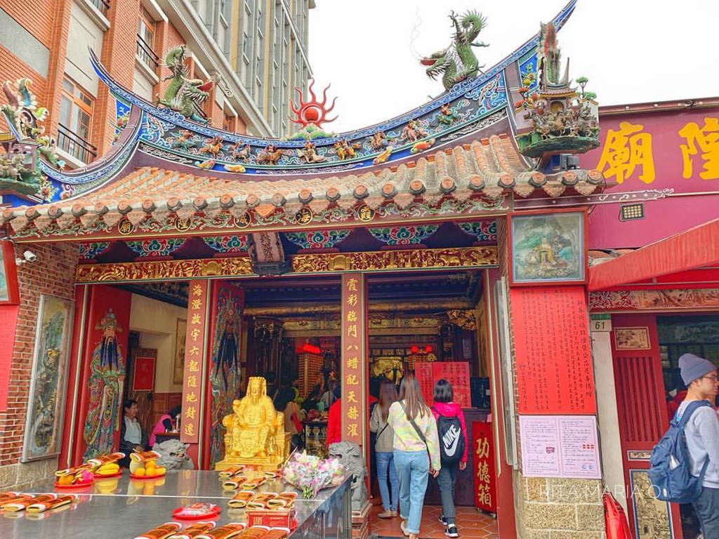 Mỗi ngày, người dân và du khách xếp hàng cầu duyên tại đền Hà Hải. Ảnh: Instdo.