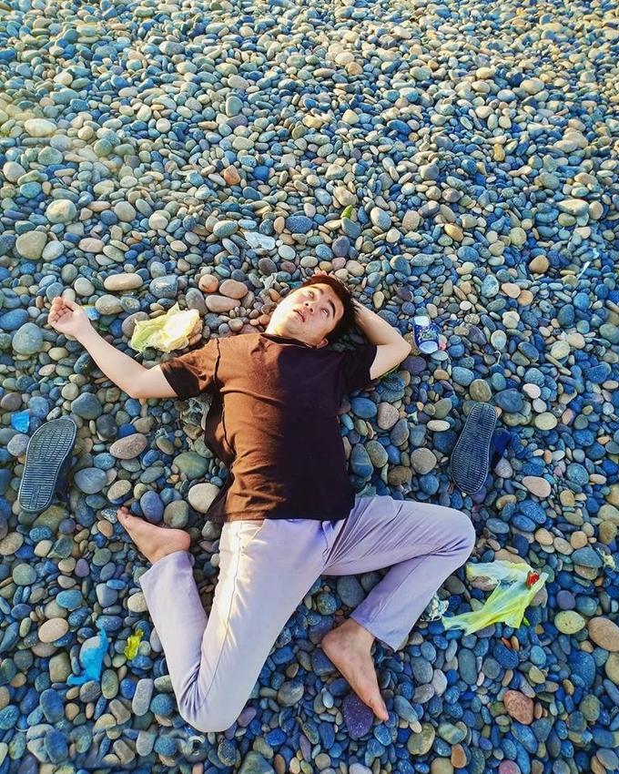 Bãi đá bảy màu là điểm nổi bật ở Cổ Thạch, nhất là khi ánh nắng cuối chiều rọi lên những hòn đá nhiều màu sắc lấp lánh, đẹp mắt. Tuy nhiên điều đáng buồn là ý thức của người đến đây chưa được tốt, túi nilon, chai nhựa vương vãi trên bãi đá làm mất mỹ quan.