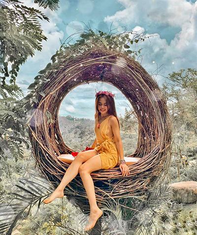"""Bali Swing là đặc sản số một của hòn đảo này mà giới đam mê check-in cũng đã quen mặt. """"Đến đây mình chơi không biết chán, vô số tổ chim, vô số xích đu, có chỗ ăn trưa"""", Kim nhớ lại chuyến đi của mình."""