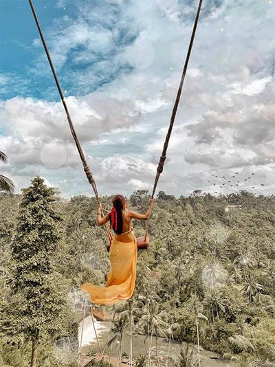 """Xích đu lơ lửng giữa trời ở khu Bali Swing khiến những người """"yếu tim"""" không dám thử nghiệm. Kim đặc biệt cảm kích những người phục vụ ở đây vì tài chụp ảnh sống ảo và sự nhiệt tình. Dù trời nắng nóng họ lúc nào cũng tươi cười phục vụ, không ai cảm thấy khó chịu."""