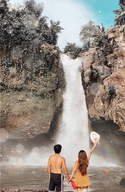 """Một khám phá khác của Hoàng Kim và bạn trai trong những ngày ở Bali là thác Tegenungan. Ban đầu, hai người tưởng rằng đây chỉ là một ngọn thác bình thường nhưng khi tới nơi, cô đã phải """"nhận sai"""" vì không khí sôi động và hứng khởi. Ở đây có hồ bơi, thác nước, DJ chơi nhạc ngoài trời, nhiều quầy đồ ăn, view đẹp... Vé vào cửa khoảng 25.000 đồng một người, phí đồ ăn tính riêng. Thác Tegenungan cách Ubud khoảng 10 -15 km, di chuyển khoảng một giờ"""