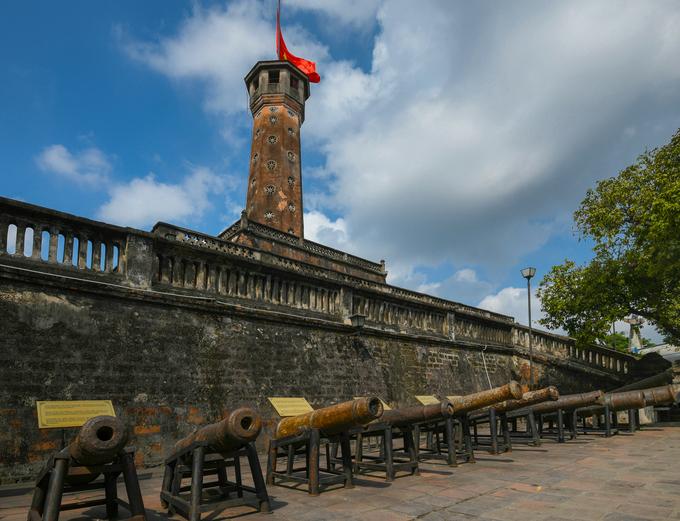 Di tích cột cờ Hà Nội (còn gọi là Kỳ đài) nằm trong khuôn viên Bảo tàng Lịch sử Quân sự Việt Nam trên đường Điện Biên Phủ, quận Ba Đình, Hà Nội. Cột cờ được xây dựng từ năm 1805 – 1812, dưới thời vua Gia Long triều Nguyễn, trên phần đất phía nam của Hoàng thành Thăng Long. Ở chân cột cờ bày những khẩu thần công do triều Nguyễn chế tạo từ thế kỷ 19, được phát hiện tại các khu vực quanh Hoàng thành Thăng Long năm 2003.