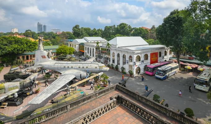 Dưới chân cột cờ là khu trưng bày ngoài trời của bảo tàng Lịch sử Quân sự Việt Nam. Xa hơn một chút về phía bên trái là Hoàng thành Thăng Long – di sản văn hoá thế giới với lịch sử hơn 13 thế kỷ. Cột cờ Hà Nội miễn phí tham quan. Du khách muốn vào cột cờ sẽ phải đi qua cổng bảo tàng Lịch sử Quân sự Việt Nam tại số 28A Điện Biên Phủ. Giá gửi xe là 5.000 đồng với xe máy và 30.000 đồng với ôtô.