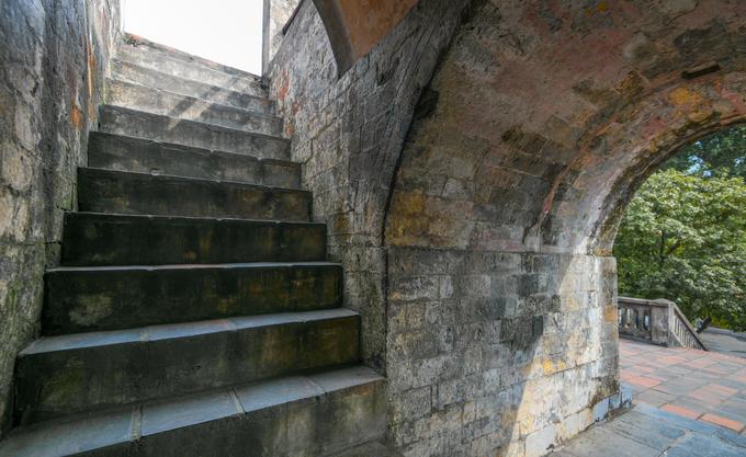 Cầu thang dẫn du khách từ tầng thứ nhất lên tầng hai của cột cờ. Vật liệu xây dựng công trình này là các loại gạch, đá từ nhiều thời kỳ khác nhau. Theo các nhà nghiên cứu, tầng một và hai được xây dựng chủ yếu bằng gạch vồ, loại gạch xây dựng đặc trưng của thời Lê. Đến tầng thứ ba là gạch chỉ nung già và thân cột lại dùng loại gạch nung non.