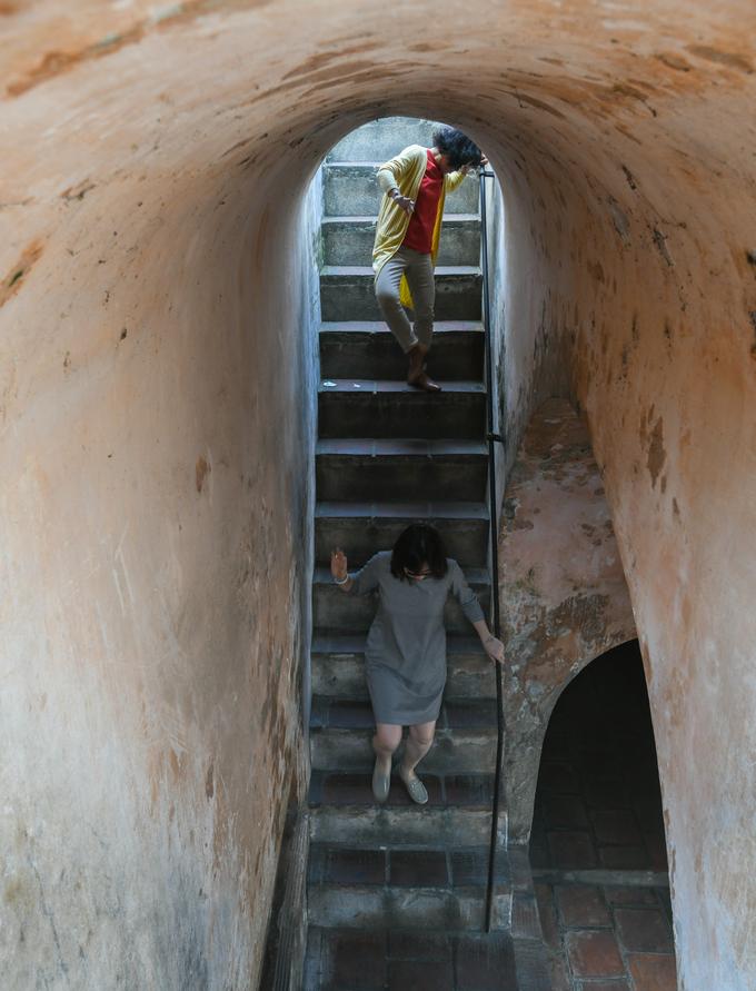 Cầu thang tại tầng đế thứ ba dẫn du khách lên thân cột cờ. Mỗi cầu thang có 14 bậc và tay vịn lan can bằng sắt.