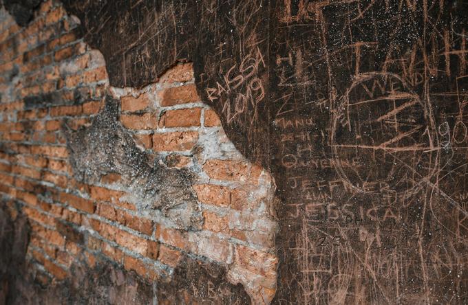 Giống như nhiều điểm du lịch khác ở Hà Nội, thân cột cờ đang bị xâm hại nghiêm trọng bởi khách du lịch qua các hành động viết, vẽ, khắc. Những hàng chữ trên thân cột thuộc nhiều ngôn ngữ như tiếng Việt, Anh, Hàn… và vẫn xuất hiện ngày một nhiều.