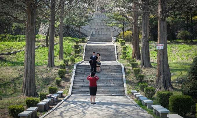 Khách tham quan chụp ảnh lưu niệm trong công viên núi Moran.