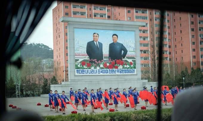 cuoc-song-binh-yen-o-trieu-tien-ivivu-3Phần lớn bức ảnh đều được nữ du khách chụp ở thủ đô Bình Nhưỡng, trung tâm chính trị, kinh tế, xã hội của Triều Tiên. Hình ảnh chủ tịch Kim Nhật Thành và Kim Jong-il xuất hiện ở nhiều địa điểm công cộng, được người dân tôn kính.