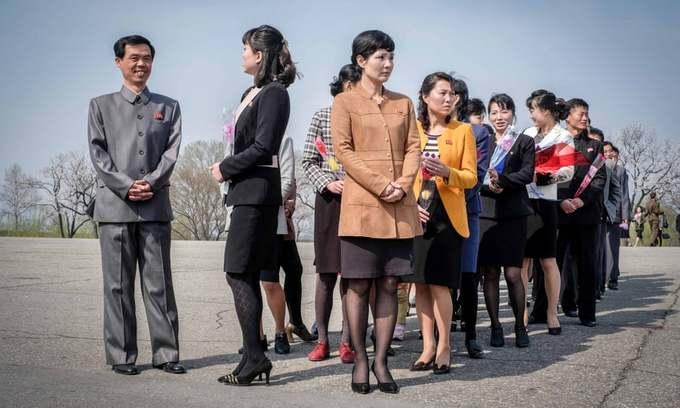 Du khách xếp hàng chờ đợi để tới lượt vào tham quan nơi sinh của cố chủ tịch tại Mangyongdae, Bình Nhưỡng. Đối với người Triều Tiên, đây như một địa điểm hành hương để thể hiện lòng tôn kính đối với lãnh tụ.