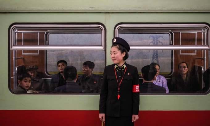 Những hành khách đang đợi tàu điện ngầm khởi hành.