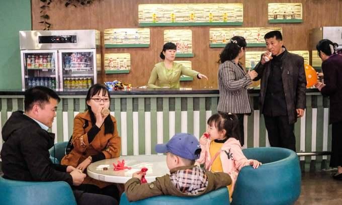 Một gia đình đưa con đi ăn hàng vào dịp cuối tuần vô tình lọt vào ống kính của nữ du khách. Quán cà phê này nằm bên trong bảo tàng Lịch sử Tự Nhiên, thuộc sở thú Bình Nhưỡng.
