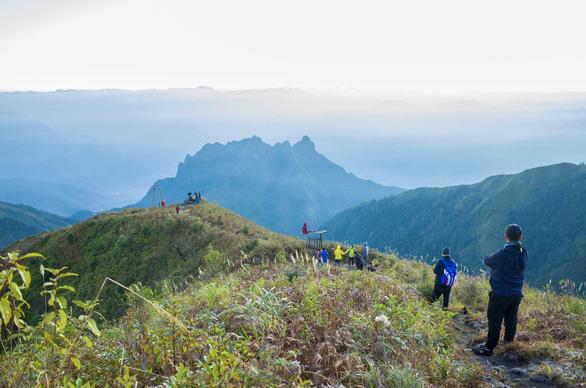 Đón bình minh trên đỉnh núi Muối là trải nghiệm khó quên