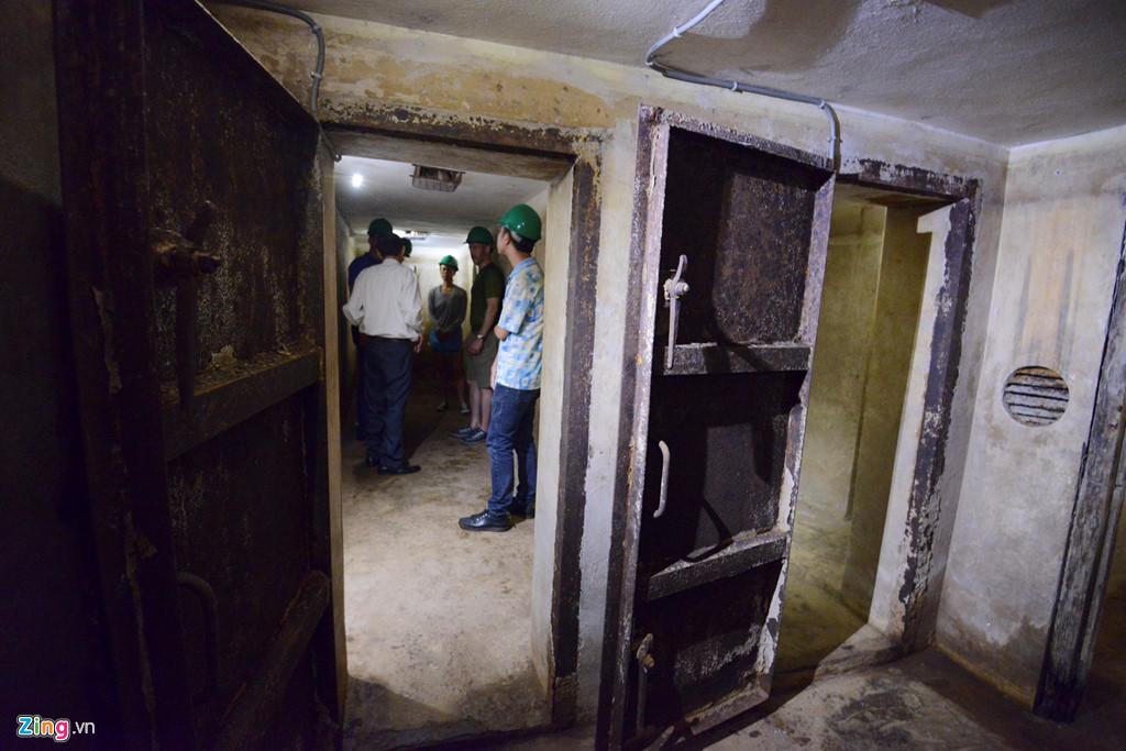 Bên trong căn hầm khá rộng rãi, với tường xây, cửa chắn vững chắc.