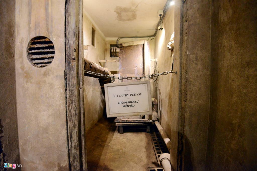 Hầm rộng khoảng 40 m2, bao gồm 6 phòng với 2 lối vào, một lối bên dưới hồ bơi và thông thẳng ra trung tâm của khách sạn.