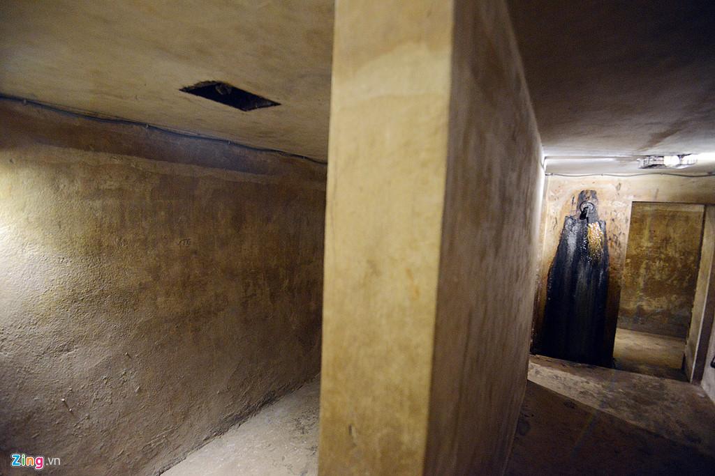Khi mới được phát hiện, căn hầm ngập trong bùn và nước. Các nhân viên khách sạn đã phải mất 6 tháng để hút hết nước bùn.