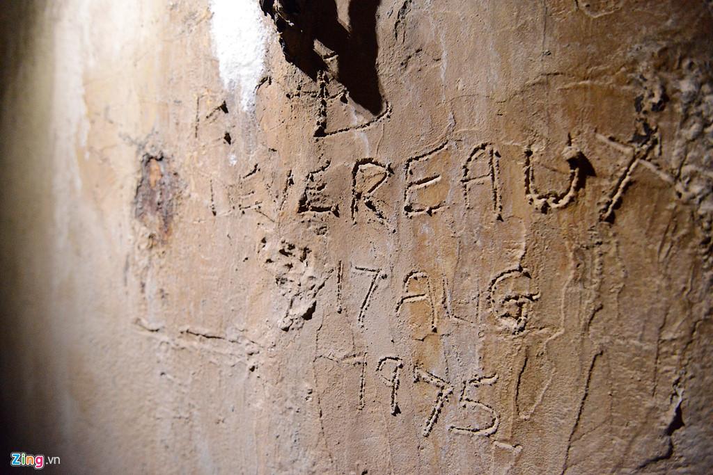 Bút tích của nhà ngoại giao Australia, Bob Devereaux. Ông khắc tên mình lên tường hầm vào năm 1975. Sau này khi trở lại thăm, ông cho biết đây chính là khoảnh khắc xúc động nhất.