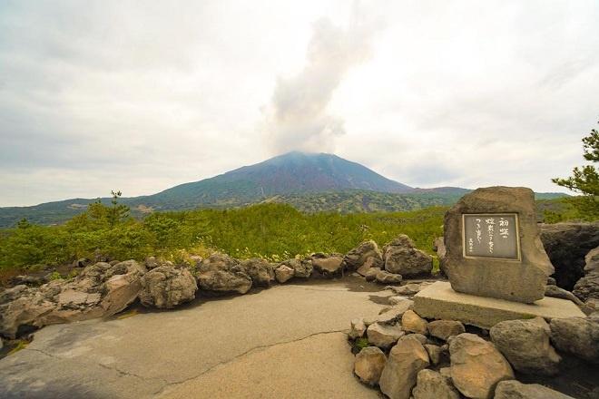 """Tỉnh Kagoshima thuộc vùng Kyushu là tỉnh miền Nam của Nhật Bản. Đây là vùng đất có nhiều núi lửa bậc nhất tại Nhật Bản. Trong đó, đảo Sakurajima (đảo hoa anh đào) có núi lửa """"mạnh khoẻ"""" nhất với tần suất hoạt động gần như hàng ngày trong năm."""