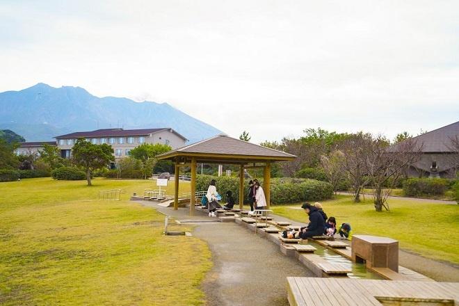 Du khách đến thăm Sakurajima sẽ được thư giãn miễn phí với bồn nước nóng ngâm chân trong Công viên dung nham Nagisa Sakurajima. Đây cũng là bồn nước nóng ngâm chân lớn nhất Nhật Bản với tổng chiều dài 100m. Du khách vừa ngâm chân vừa ngắm núi lửa Sakurajima kề bên.