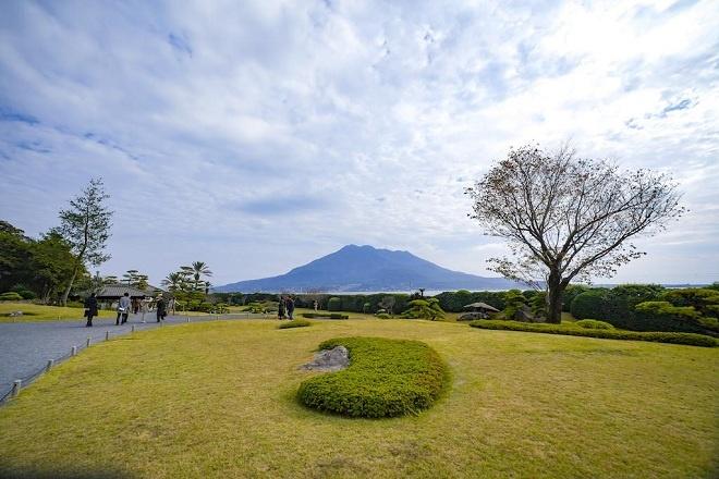 Vườn Senganen là nơi ngắm Sakurajima từ xa đẹp nhất. Vườn được xây dựng từ năm 1658 với nhiều công trình kiến trúc đặc trưng của Nhật Bản. Đây cũng là nơi chứa đựng di tích lò phản xạ, một trong ba điểm di sản ở tỉnh Kagoshima trong tổng số 23 điểm của Cải cách Công nghiệp Minh Trị tại Nhật Bản: Sắt thép, Đóng tàu và Khai mỏ đã được UNESCO công nhận là Di sản văn hoá thế giới vào năm 2015.
