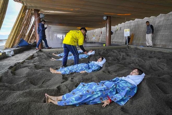 Địa lý với nhiều núi lửa đã giúp thành phố Ibusuki, tỉnh Kagoshima thành trung tâm của thế giới về tắm onsen cát nóng. Ibusuki có quần thể suối nước nóng và bồn tắm cát (sunamushi) duy nhất trên thế giới. Du khách bỏ hết trang phục, mặc bộ yukata mềm mại rồi ngâm mình trên cát được làm nóng 50-550C từ những dòng suối nước nóng tự nhiên bên dưới. Hơi cát ấm thấm vào da thịt, trước mặt là biển và ngọn núi lửa Sakurajima phía xa đang phun khói là một trải nghiệm không thể bỏ qua khi đến Kagoshima.