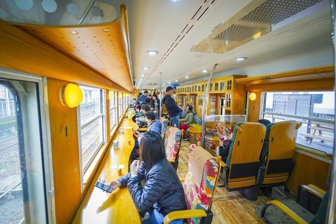 Có nhiều phương tiện để đi đến thành phố Ibusuki, nhưng tàu du lịch Ibusuki no Tamatebako là một phương tiện rất đáng để trải nghiệm. Nội thất tàu du lịch được trang trí bằng gỗ tuyết tùng vùng Kyushu, nghệ thuật thuỷ tinh Satsuma, các hoa văn truyền thống tỉnh Kagoshima cũng như những loại thuỷ sản đặc trưng của vùng đều được tinh tế trang trí trên tường, kệ sách, ghế… của khoang tàu. Mỗi khoang tàu đều có khu vực ghế cho trẻ em, ghế đọc sách, ghế để ngắm cảnh biển, vịnh Kinko và đảo Sakurajima dọc hành trình.