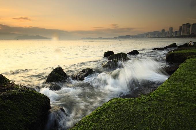 Những tảng đá gần bờ được phủ một lớp rêu xanh. Mỗi ngày, có hàng trăm lượt du khách tìm đến đây chiêm ngưỡng và hoàn toàn không mất phí.